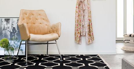 Sort / gråt  kelim moderne - tæppe  i en entre.